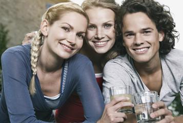 Italien, Tuscanyg, Magliano, jungen Menschen und Frauen mit Gläsern, Lächeln