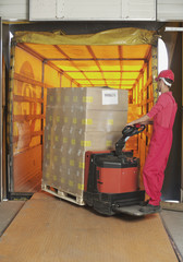 Italien, Chiajna, Arbeiter, Verladen von Gütern in Fabrik