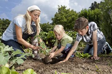 Deutschland, Bayern, Altenthann, Frau und Kinder im Garten zusammen im Garten