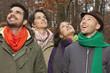 Deutschland, Berlin, Wandlitz, Männer und Frauen schauen nach oben