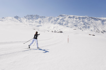 Italien, Trentino-Alto Adige, Südtirol, Bozen, Seiser Alm, Frau macht Langlauf