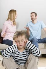 Eltern streiten, Junge sitzt im Vordergrund