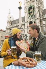 Deutschland, Bayern, München, Marienplatz, Paar, Mann mit Lebkuchenherz