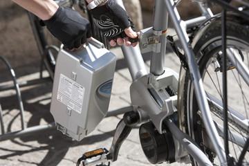 Italien, Arco, Frau mit Elektro-Fahrrad