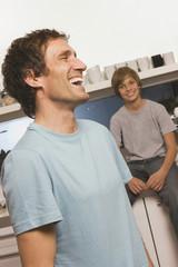 Vater und Sohn , lachend
