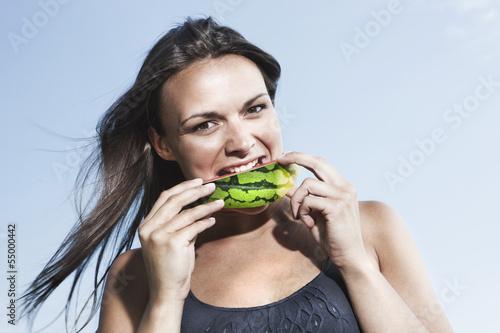 Deutschland, Köln, Junge Frau isst Wassermelone