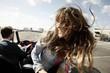 Deutschland, Junger Mann und Frau reisen mit Cabrio