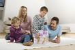 Familie zu Hause, entspannen, Junge Gebäude Haus von Euro-Banknoten