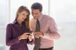 Geschäftsmann und Frau mit Handy, Teamarbeit