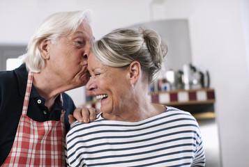 Deutschland, Wakendorf, Senior, Rentner küssen Frau Stirn