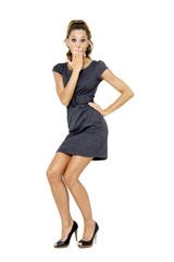 Junge Frau im Minikleid, eine Hand auf der Hüfte