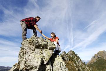 Paar besteigt Gipfel