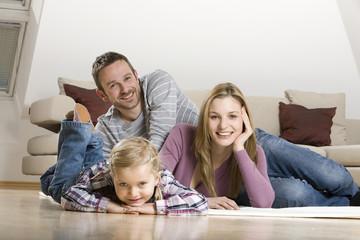 Eltern und Tochter, zu Hause entspannen