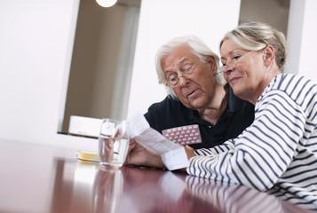 Deutschland, Wakendorf, älteres Paar, Senioren mit Medizin