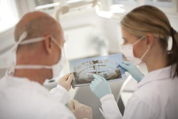 Deutschland, Bayern, Landsberg,Zahnärzte halten Röntgenaufnahme