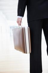 Deutschland, Bayern, Diessen Ammersee bin, Nahaufnahme Geschäftsmann hält Aktentasche
