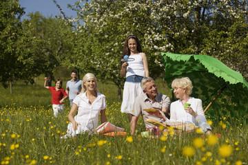 Deutschland, Baden Württemberg, Tübingen, Drei Generation Familie beim Picknick auf der Wiese