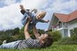 Deutschland, München, Vater spielt mit Tochter im Garten