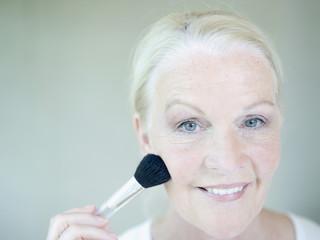 erwachsene Frau Anwendung Make-up, close up