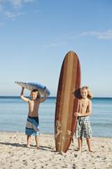 Spanien, Mallorca, Kinder mit Surfbrett am Strand