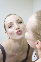 Junge Frau schminkt Lippen