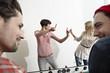Deutschland, Köln, Männer und Frauen spielen Tischfußball