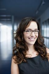 Deutschland, Bayern, Diessen am Ammersee, Geschäftsfrau in dicken Brille, Lächeln