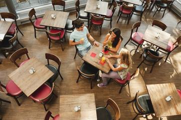 Deutschland, München, Freunde zusammen im Café