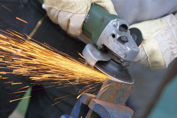 Nahaufnahme des Menschen Schärfen Stück Eisen mit Winkelschleifer
