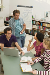 Vier junge Menschen studieren