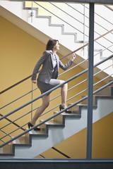 Deutschland, Bayern, Geschäftsfrau erklimmt Stufen