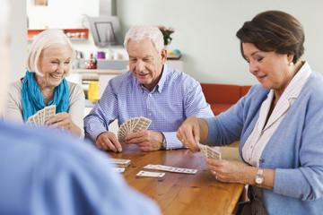 Deutschland, Leipzig, Ältere Männer und Frauen spielen Karten