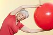 ältere Frau, Seniorin übt mit Gymnastikball