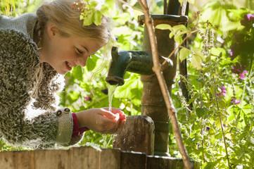Österreich, Salzburg, Flachau, Mädchen trinkt Leitungswasser