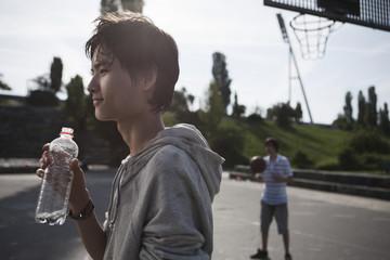 Deutschland, Berlin, Teenager weschaund mit Jungen, spielen im Hintergrund