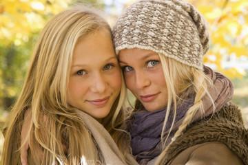 Österreich, Nahaufnahme von Schwestern im Herbst