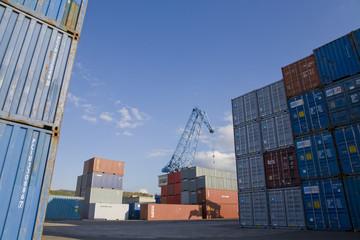 Stacked Containern, Kran im Hintergrund