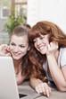 Deutschland, Berlin, jungen Frauen mit Laptop