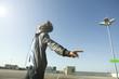 Deutschland, Berlin, Junger Mann auf verlassenem Parkdeck mit Kopfhörern