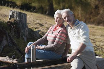 Italien, Südtirol, Älteres Paar sitzt am Trog, Dolomiten