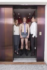 Deutschland, Bayern, München, Männer und Frauen stehen in Aufzug