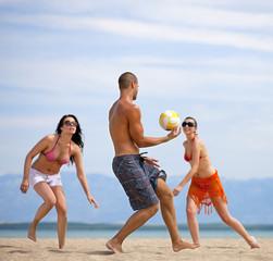 Kroatien, Zadar, Freunde spielen Volleyball am Strand