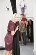 Junge Frau in der Umkleidekabine, Mann im Hintergrund