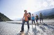 Deutschland, Bayern, Tölzer Land, Junge Freunde zu Fuß durch Fluss