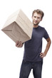 Junger Mann hält Paket