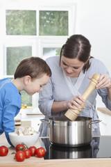 Deutschland, Bayern, München, Mutter und Sohn Vorbereitung Mahlzeit in der Küche