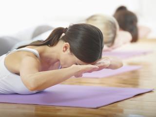 Deutschland, Hamburg, Yoga-Lehrer und Schüler machen Yoga-Übung im Fitnessraum