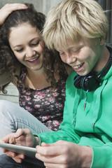 Deutschland, Berlin, Teenager-Paar mit Tablet-PC