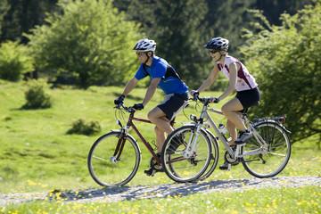 Deutschland, Bayern, Paar Mountainbiken