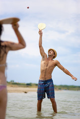 Kroatien, Zadar, Paar spielen am Strand